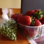 巨大なイチゴと新鮮なグリーンピース