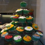 ショーウィンドウ。なぜかグリーンベースのカップケーキ達。