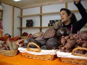embutido(腸詰やハム)のお店。でっかい黒いボールはブタの血でできたソーセージでくるみ入りとオリーブ入りがあった。