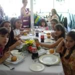 子供だけのテーブル。全員クララちゃんの友達。