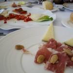 コゴジョというレタスにすモームサーモンや、燻製の鱈を乗せた前菜と、生ハムとマンチェゴチーズ!