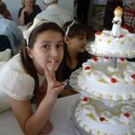 ケーキと記念撮影するおすまし顔のクララちゃん。