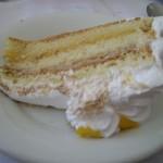 こちらが切り分けられたケーキ。生クリームではなくて、メレンゲ・・・ちょっと好みではない。