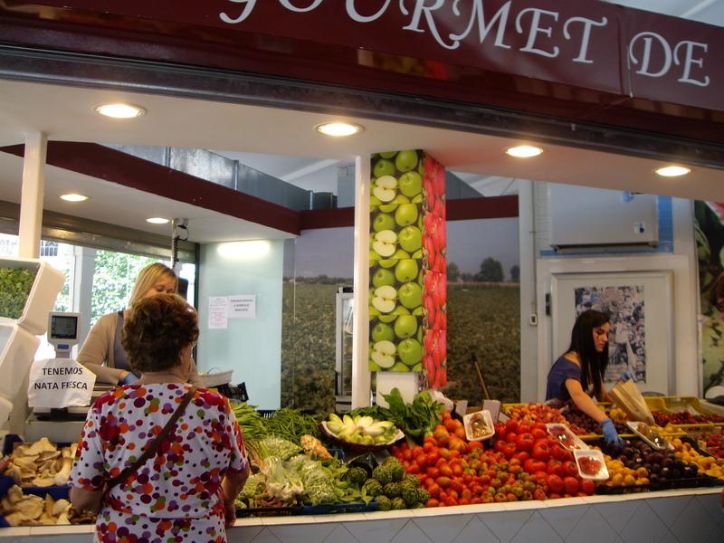 結構大きな八百屋さんで、Gourmet(グルメ)と書いてあるだけあり、品揃えも豊富。