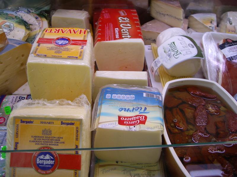 所狭しと並ぶチーズ。100グラムでも、一切れだけでも買えます。