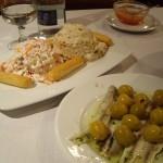 ここに来たら外せないBoquerones en vinagreta(カタクチイワシの酢漬け)とすり身のサラダとEnsaladilla Rusa(ロシア風サラダ)の盛り合わせ