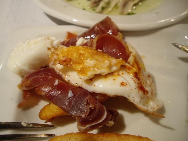 Huevo roto(ウエボ ロト)と呼ばれる料理。じゃがいも、生ハム、目玉焼き・・・まずいはずがない!