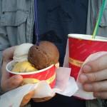 これで中サイズのカップ。3種類入れてもらいました。パートナー君はマンゴー味のスペイン風スムージー、Granizado(グラニサド)。