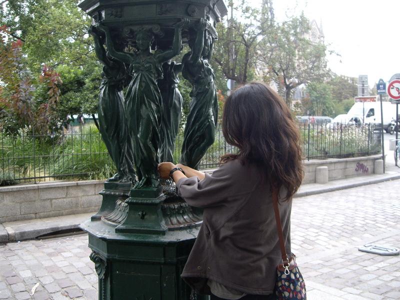 パリの至る所にあった飲料水。緑色なのはバレンシアと同じ。