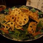 レンコンチップスののった水菜サラダ。