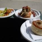 左から、海老のカリカリ揚げ、マッシュルームの串焼き、キノコムースのパイ。