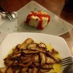 手前は、きのことフォアグラの炒め物、奥がロシア風サラダと呼ばれるスペインのポテトサラダ。