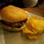 小降りのハンバーガーに手作りポテトチップス。