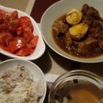 豚の角煮風、完熟トマトサラダ、インスタント松茸のお吸い物。
