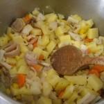 野菜を小さめに切って、ニンニクとオリーブオイルorバターで炒めます。