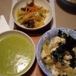 親子丼、野菜のポタージュ、野菜とキクラゲのカレー風味の炒め物。
