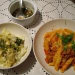 ゆで野菜&ゆでワンタンに、ボロネーズソースのマカロニ。