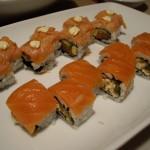 奥のマヨネーズがのったサーモン巻き寿司はフランベされています。