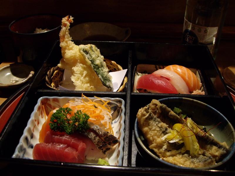 松花堂弁当。これにお味噌汁とデザートが付きます。
