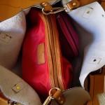 スリ防止(?)中の赤いバッグがチラっと見えたのが気に入りました。