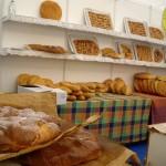 パン屋さん。アニス入りの甘いパンをチケット1枚と引き替え。食べきれず持ち帰りです。
