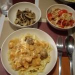 魚介のトマトクリームパスタ、サラダにきのこの炒め物。