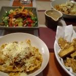 ボロネーズソースのパスタ、ズッキーニのフリッター、サラダ。