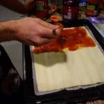 スペイン人の大好きなTomate Frito(トマテ・フリート)を片面に塗ります。