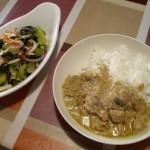 タイカレーときゅうり、ワカメ、玉ねぎ、タコの酢の物。