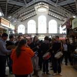 中央市場の中で楽団が演奏。