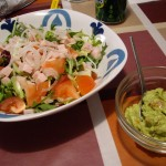 前菜のサラダとワカモレ。