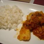 メインの白身魚の野菜トマトソース煮とタイ米。