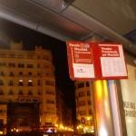 バス停のクリスタルは取り払われ、火祭時の運行のお知らせも出ます。