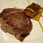 アップルパイの上にフォアグラをのせたものと、牛フィレ肉のステーキ。