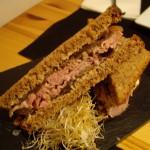 ディジョン・マスタードのきいた、ローストビーフのサンドイッチ。
