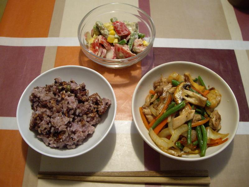 十六穀米、きのこ、野菜、豚肉の炒め物、アスパラ、ラディッシュのマヨネーズソース和え。
