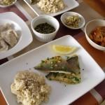 フライパンで焼いた鯛、トマトのサラダ、水餃子、白菜のナムル風。