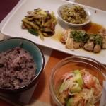 焼いた鶏肉とポン酢&香草ソース、キノコ、野菜、じゃがいもの炒め物、白菜のナムル風、トマト、キュウリ、玉ねぎのフレンチドレッシング和え。
