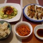 焼き餃子、サラダ、にんじんのナンプラー炒め。