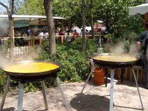 おじさんは、イカとエビのパエリアと鶏肉にアーティチョークと空豆のパエリアを同時進行で調理。