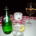 グラスで白ワインとペリエ!