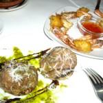 大きなマッシュルームに鹿肉を詰めたもの。エビのフライ。