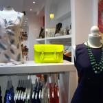 最近こういう蛍光色のメッセンジャーバッグ流行ってます。