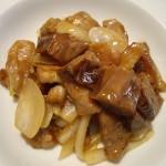 玉ねぎ、下味をつけた豚肉を炒めて、ナスの揚げ煮で味付け。