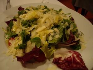 パルメザンチーズがかかったサラダ。