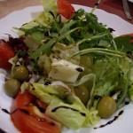 普通のサラダ。でもビネガーはバルサミコ。