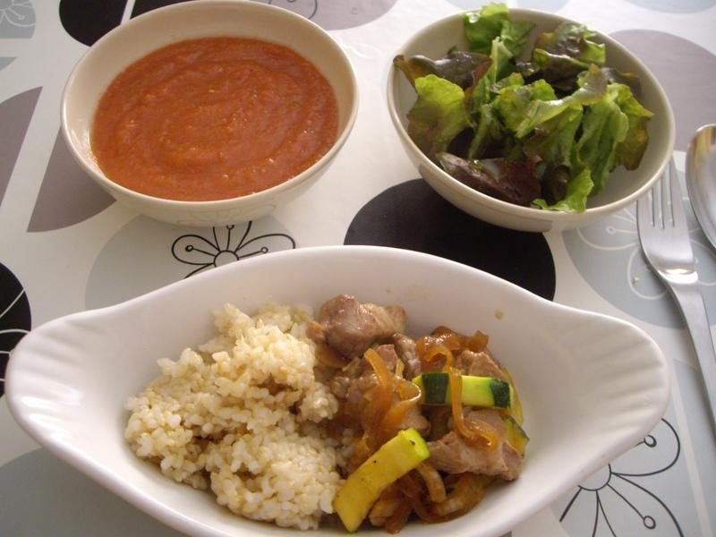 豚肉とズッキーニの炒め物、おいしいレタスのサラダ、ガスパチョ、玄米。