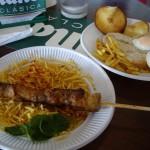 豚の串焼きに細いポテトチップ。少しカレー風味で気に入りました!
