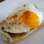 ジャガイモと血のソーセージ・モルシージャを混ぜたものの上にウズラの卵をのせたもの。ピリ辛でした。