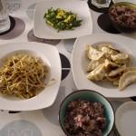 餃子、ニラ玉、もやしの炒め物、雑穀米。